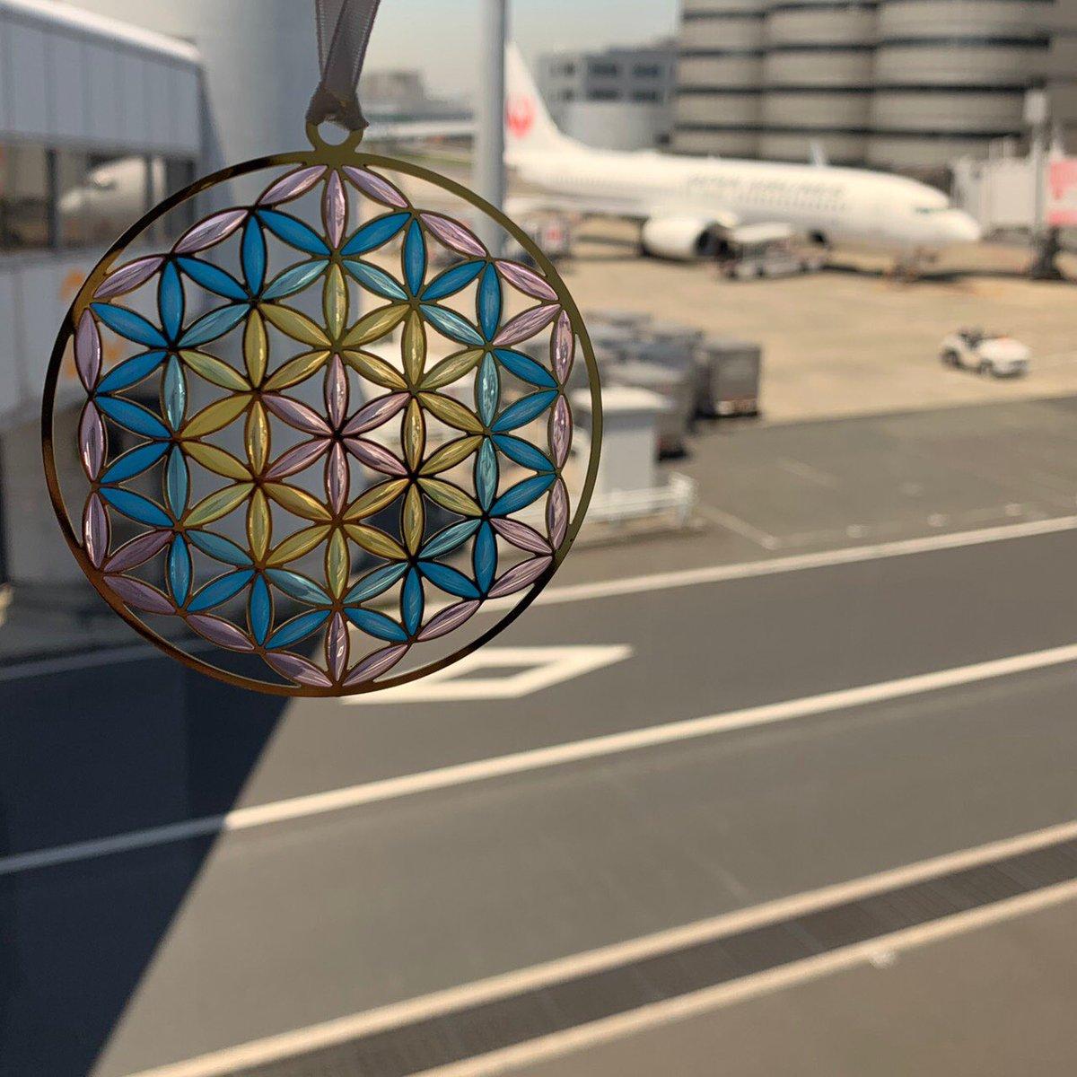 『うさやusa-ya』にようこそ 先日、出張に行ってきました。 その時に羽田空港で飛行機をバックにパシャリ📸  #うさや #羽田空港 #飛行機 #フラワーオブライフ #うさやのフラワーオブライフ #神聖幾何学 #神聖幾何学模様 #ヨガ #浄化 #ヒーリング #usaya #hanedaairport #airplane #floweroflife #yoga