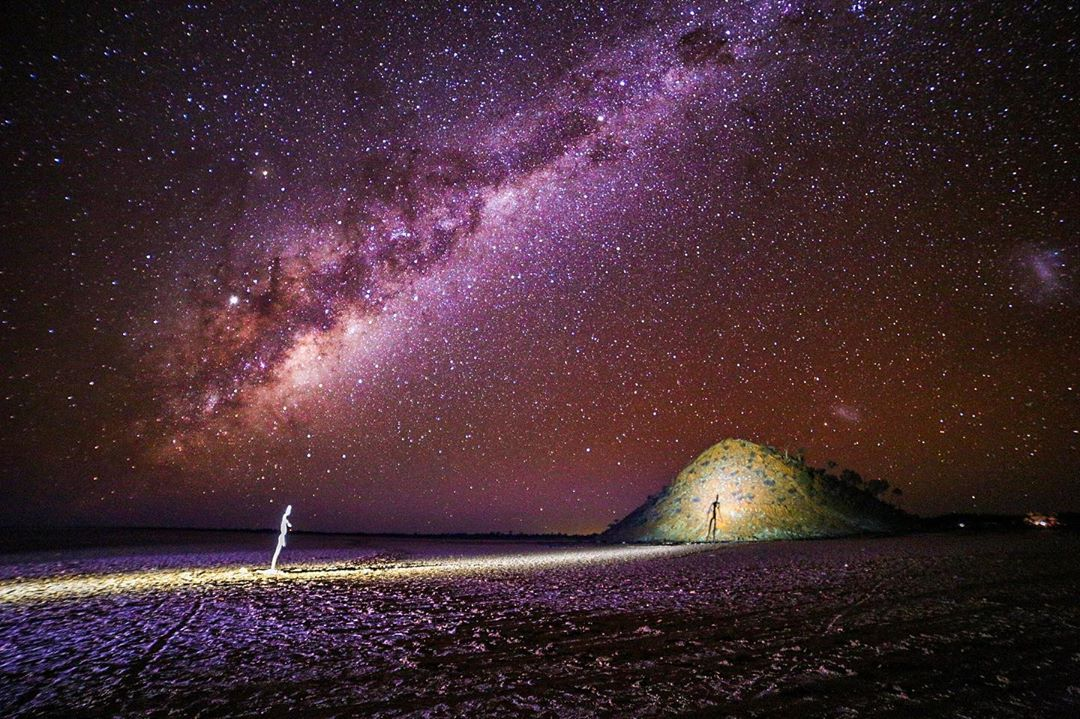 Night time at Lake Ballard = absolutely awe-inspiring! A blanket of stars above you, a salt lake underneath you, and 50 steel statues scattered across 10 kilometres as part of the Antony Gormley outdoor art installation. Pic: IG/ishen21 #goldenoutback #lakeballard #thisiswa