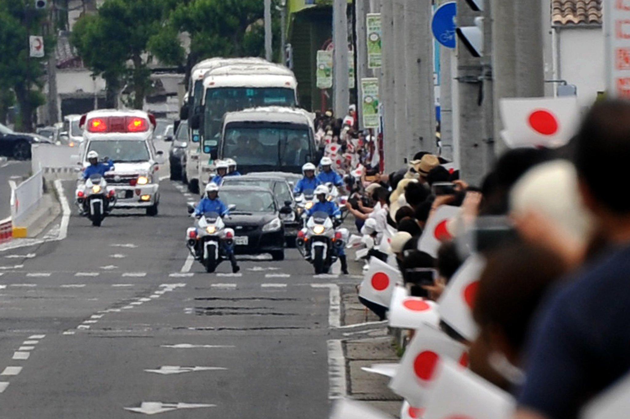 天皇皇后両陛下の御車列と緊走中の救急車がバッティングするハプニング。 咄嗟に警衛の白バイが救急車を先導し御車列は一時停止。救急車が抜けたところで白バイも左側へ退避、その後運転再開となりました。 両陛下のお列でも緊急車両最優先の大原則は揺るぎません。 緊急車両には道を譲りましょう。