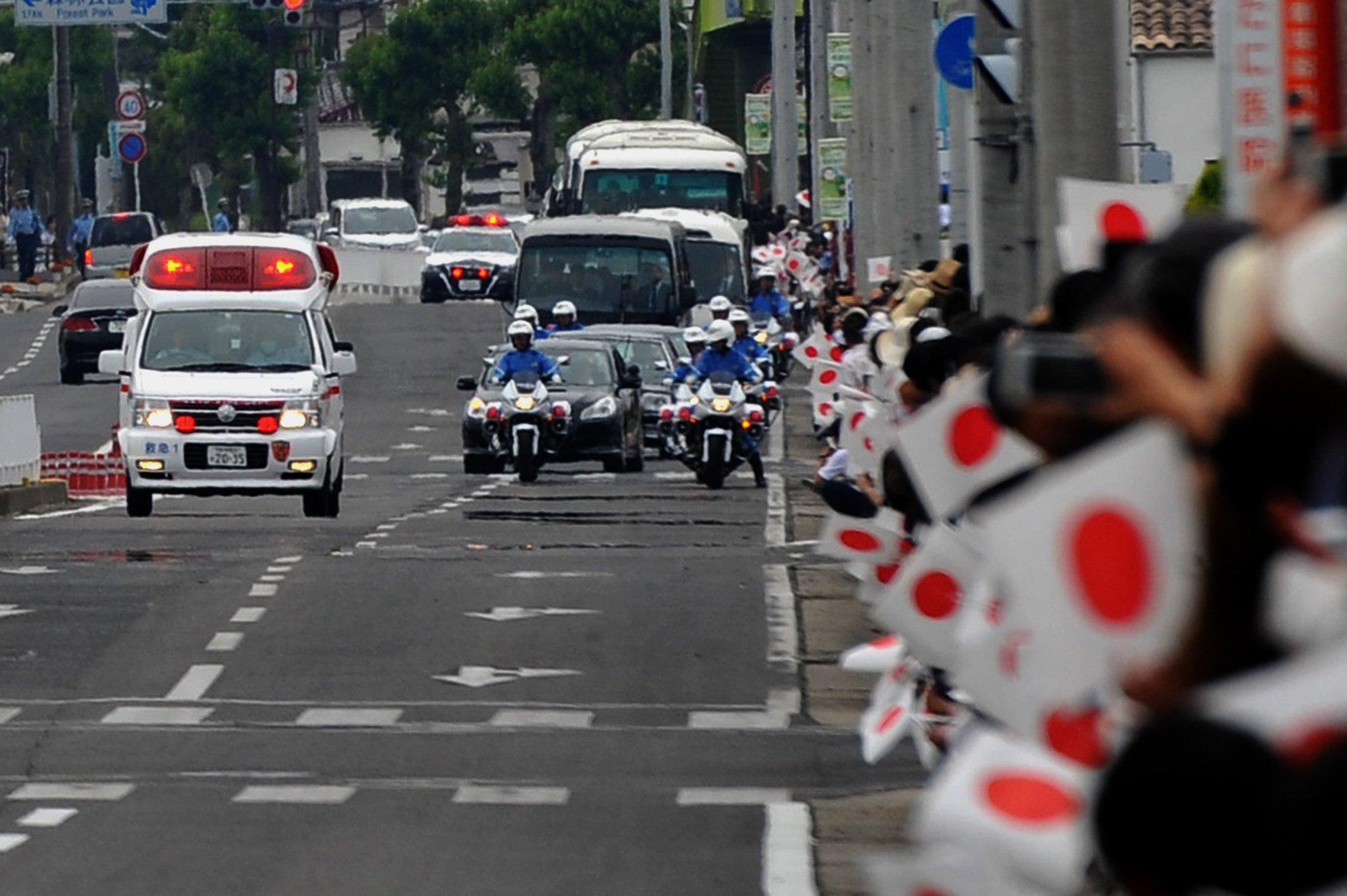 天皇皇后両陛下の御車列と緊走中の救急車がバッティング!!
