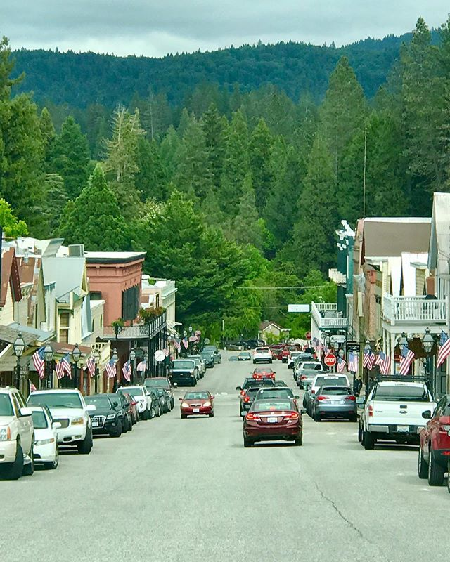 Memorial Day at Downtown Nevada City. . . . #nevadacity #memorialday #visitnevadacity #nevadacounty #sierrafoothills #california http://bit.ly/30ZiUf3