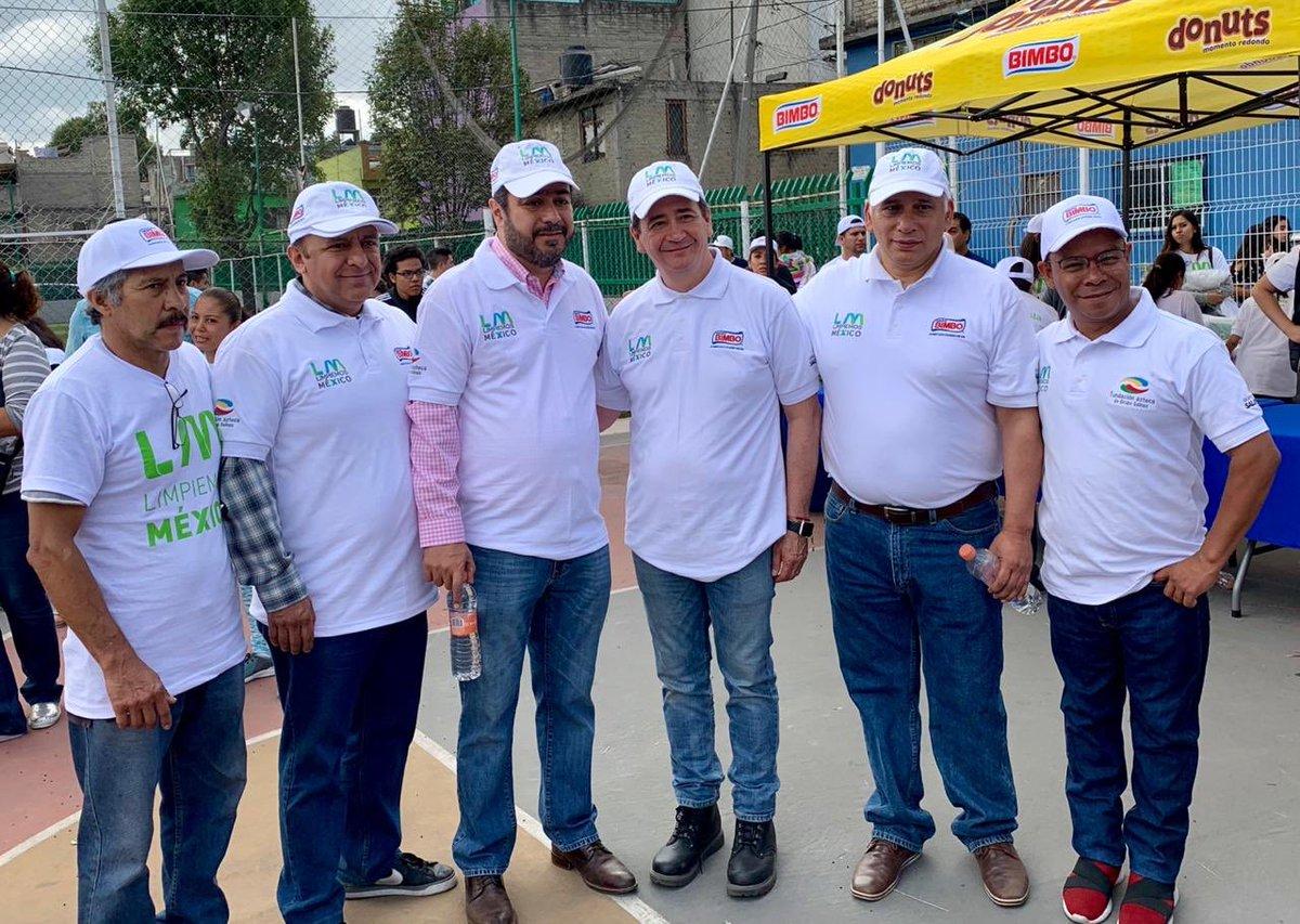 El Alcalde de @AzcapotzalcoMx, @vidallerenas nos acompañó en la jornada de @LNMexico en la colonia San Rafael. Entre todos aportamos nuestro granito de harina para ser #HéroesXElPlaneta.