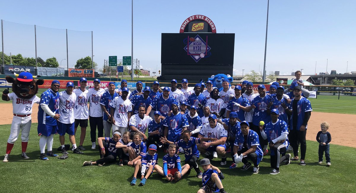 huge thank you to my brother @micah_hyde for doin such an amazing thing for the community. what a time w the fam !! (even tho defense cheated and we couldn't steal bases apparently) 🤷🏾♂️🤦🏾♂️🤨