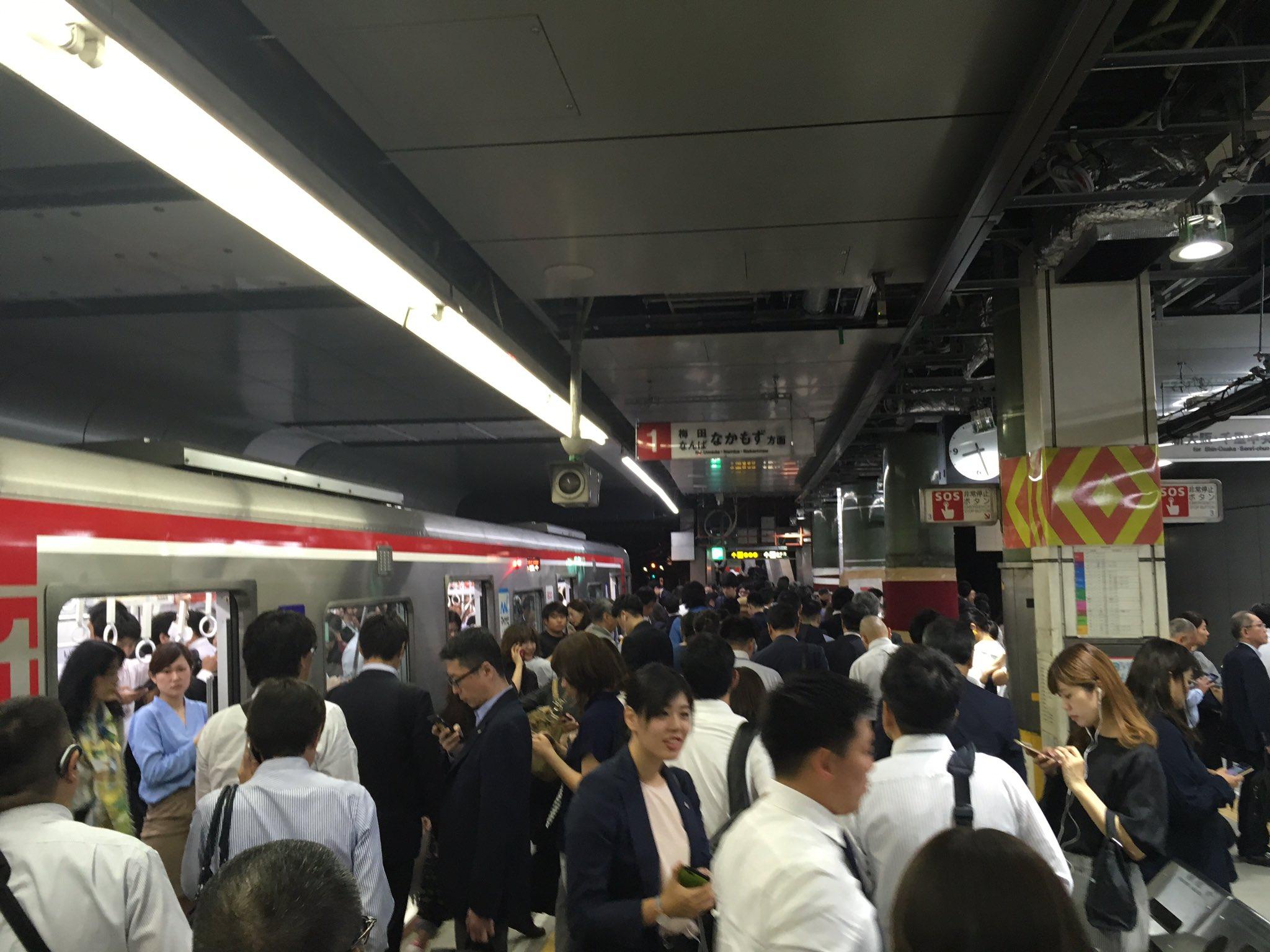 画像,2019年6月3日8時28分現在の運行状況です。御堂筋線長居駅での人身事故のため、御堂筋線の運転を停止しています。人身事故の人が心配。地下鉄は地上の電車と違って…