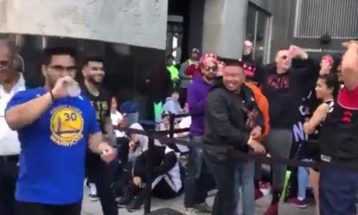【影片】3小時2消息!柯瑞球迷遭暴龍球迷挑釁,眾人向他豎起大拇指,表弟為個人發聲!