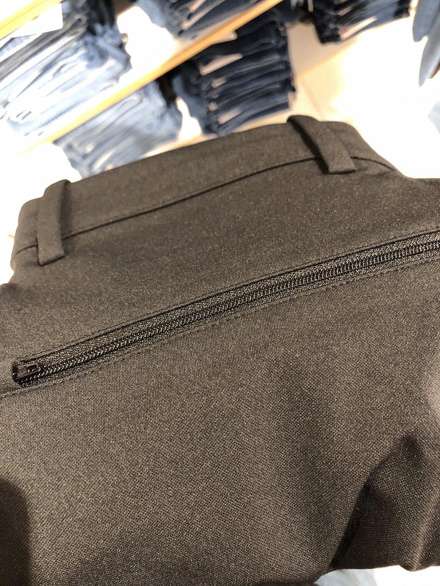 Beli celana bahan dasar warna item biar gak dinyinyirin