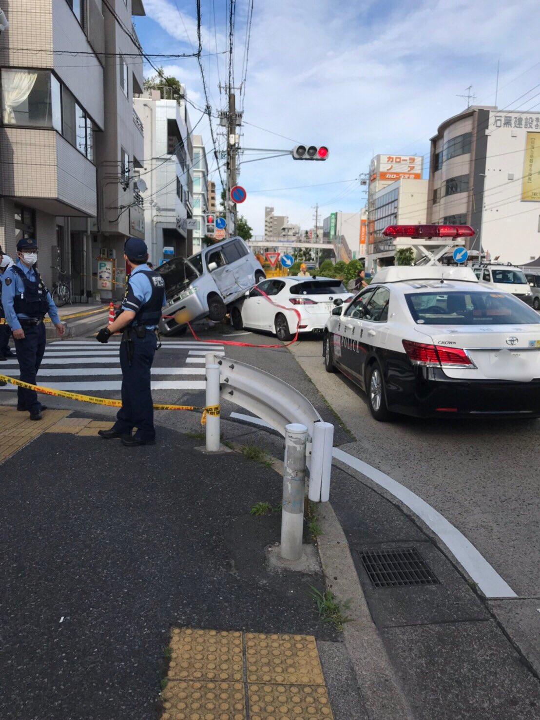 名古屋市昭和区高辻町の事故で軽自動車が乗り上げている現場画像