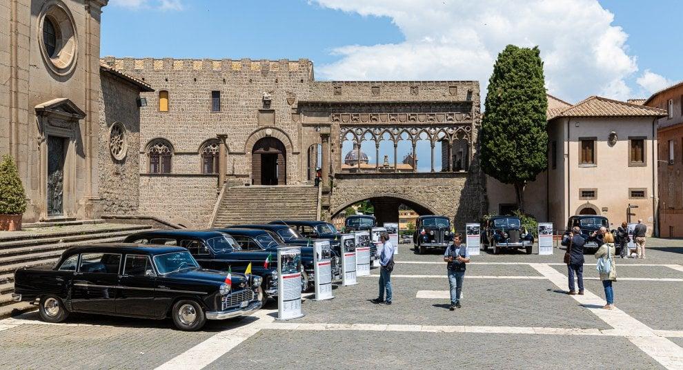 Al Palazzo dei Papi di Viterbo in mostra le #papamobile dal 1938 al 1965, c'è la Cadillac del 1947 destinata all'uso personale dei Papi #PioXII e #GiovanniXIII, con tetto apribile e poi Packard e Buick, auto testimoni di Storia http://www.rainews.it/dl/rainews/media/viterbo-auto-papi-6f7566e2-60ba-464b-8e29-79af0a0a0fd3.html…