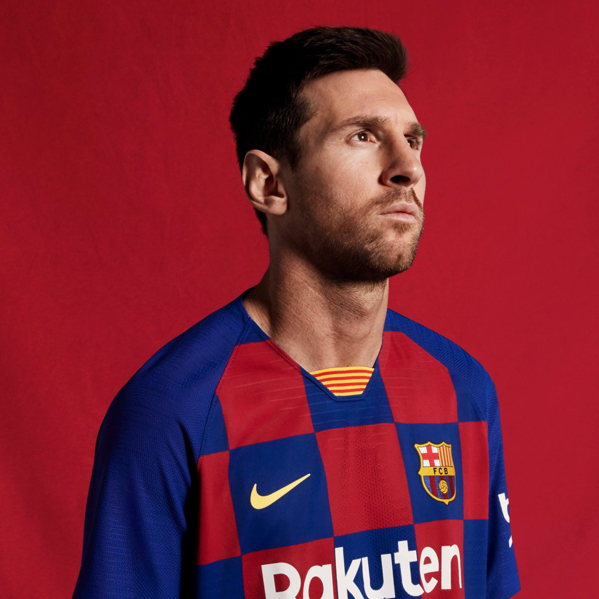Messi posa con la nueva camiseta (Foto: FCB).