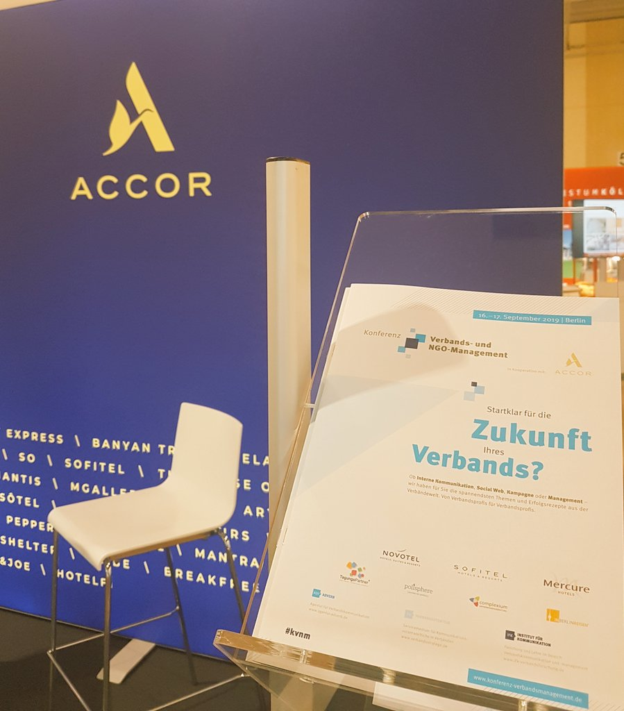 Entdeckt! Wir sind heute beim #VerbaendeInfotag der @DGVM_news. Bei unserem Partner @Accor liegt das Programm inkl. Anmeldeformular zur Konferenz Verbands- und NGO-Management im September aus. #kvnm Jetzt auch anmelden unter: http://www.kvnm.de. – at Estrel Berlin