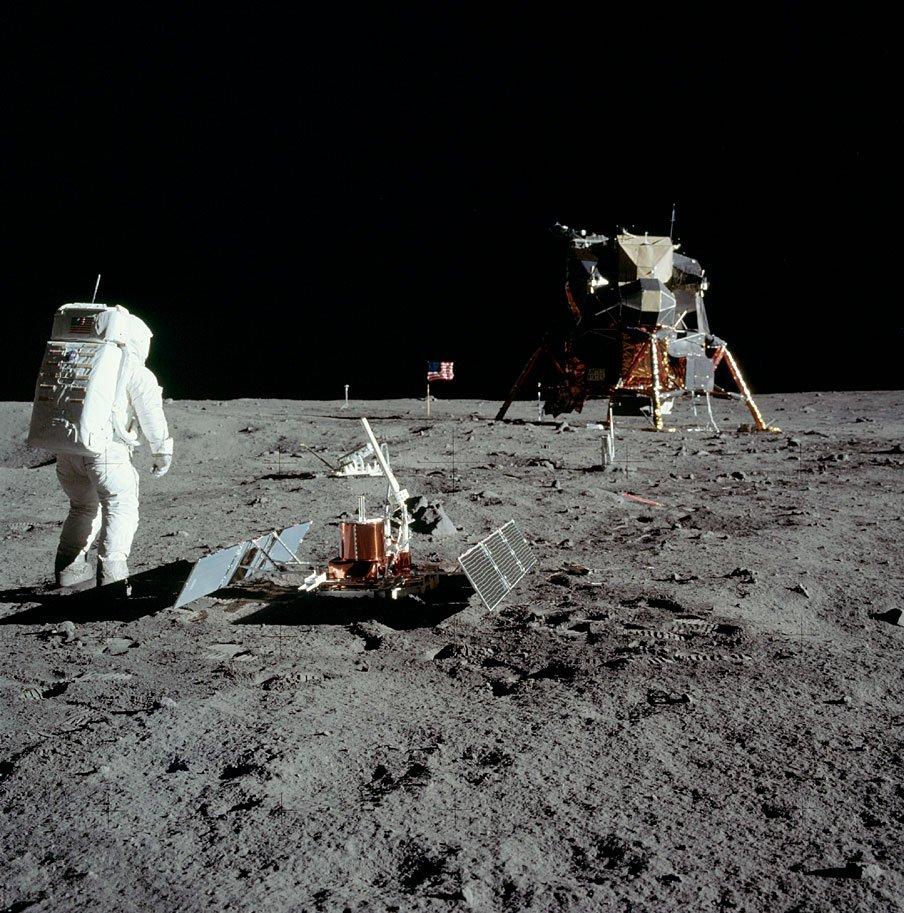 D8LGiX8WwAEgLm  - The Moon 1969