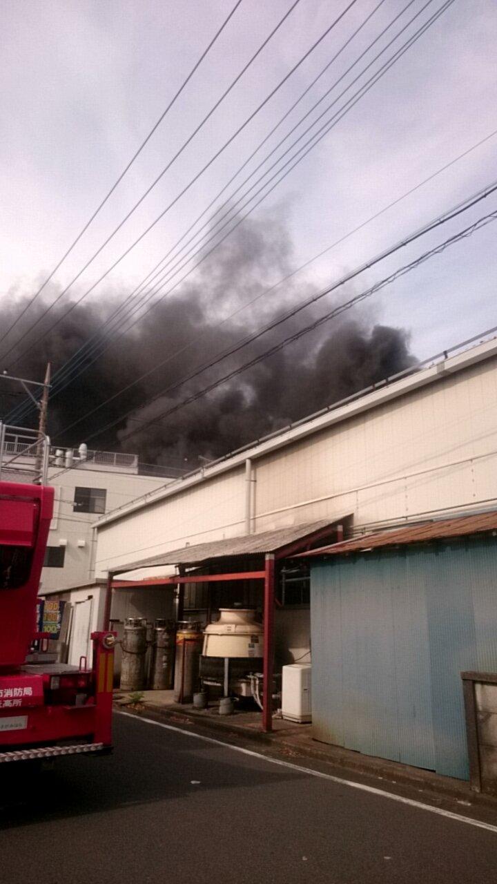 相模原市中央区小町通の工場で火災が起きている現場画像