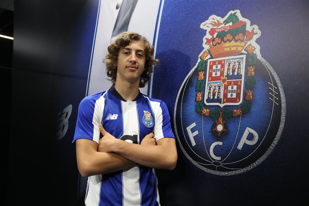 16-year-old Fábio Silva has signed a new three-year contract at FC Porto.  He lead Porto's under-19 group with 33 goals in 39 appearances, claiming UEFA Youth League and Portuguese under-19 league titles in the process.  The next step for the new nine. https://t.co/z05ey1Yvg3