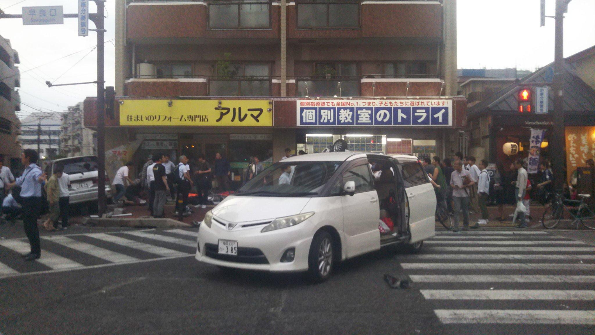 福岡市早良区百道の交差点の衝突事故がけが人が多数出ている現場画像