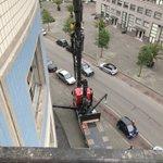 Na het vervangen van de kozijnen een lekkage geconstateerd bij de onderburen. Onze uitvoerder heeft deze op hoogte gecontroleerd en hersteld met uitzicht op de prachtige skyline van Rotterdam. 🏙