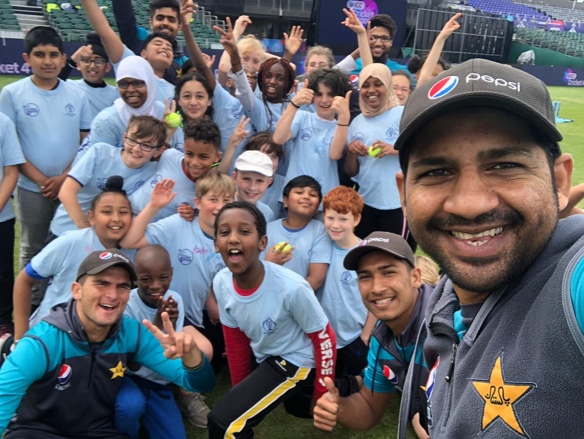 🤳 Our Captain @SarfarazA_54 with pupils from @MayParkPri and  🇵🇰 team members at Bristol. #CWC19 #WeHaveWeWill  #SarfarazAhmed