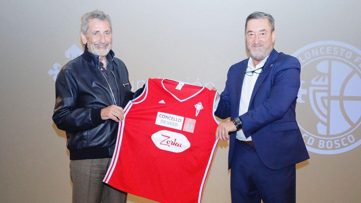 Carlos Mouriño y Carlos Álvarez intercambian camisetas del Celta y el Celta Baloncesto (Foto: RCCV).