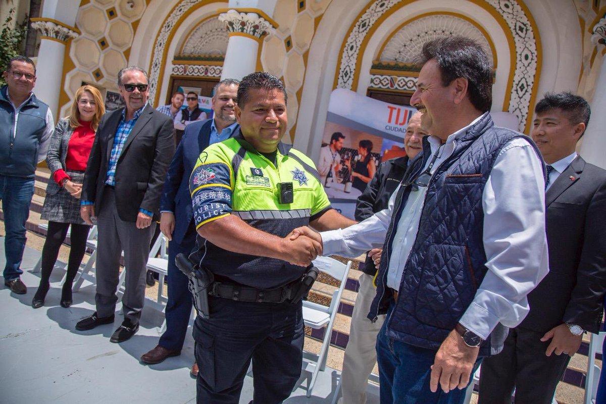 #SEPANTODOS Entregamos brazaletes distintivos en idioma mandarín e inglés, a la Policía Turística, para que nuestros visitantes puedan pedir auxilio en caso de requerir su ayuda. Seguiremos garantizando la tranquilidad de los tijuanenses y el turismo!! https://t.co/MiCIRmHOkW