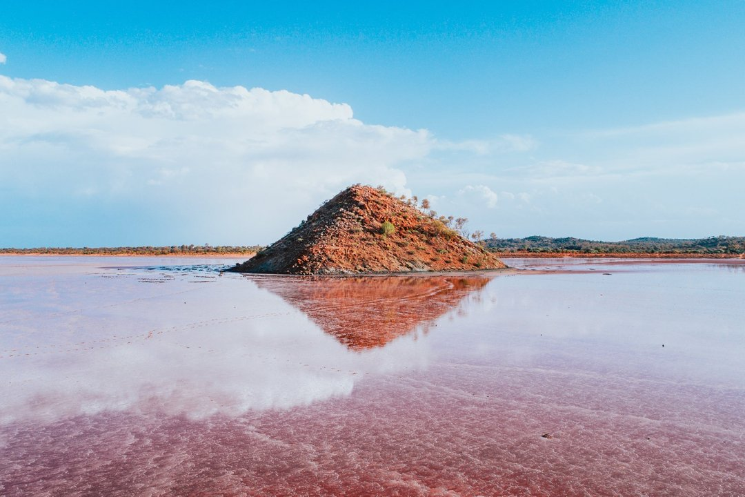 The most magical salt lake you can ever imagine, Lake Ballard. 🧡 This gem located near Menzies in the Goldfields region is home to the Antony Gormley outdoor art installation, consisting of 51 steel statues scattered across the 7km vast salt lake.Pic: IG/coopsfrootloops