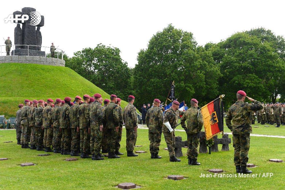 Delegación alemana con su bandera oficial homenajea a los caídos alemanes en la Batalla de Normandía