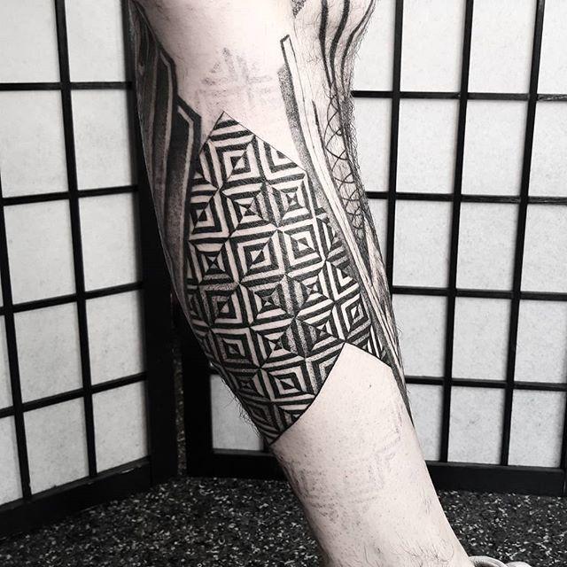 @dotwork_damian ・・・ Stage one for Jimmy. #dotworktattoo #dotworkpattern #opticalillusion #opart #dotworkdamian #tattoosinbrighton #tattooedmen #legtattoo #brightontattooing http://bit.ly/2HYXXcN