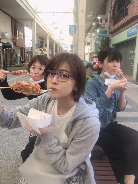 本間、中村、村雲、山田の4人がチーズハットグを食べに行く