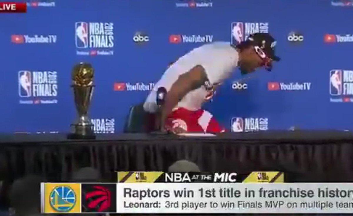 【影片】真可愛!Leonard接受完採訪,把FMVP獎杯放在採訪室忘記帶走!