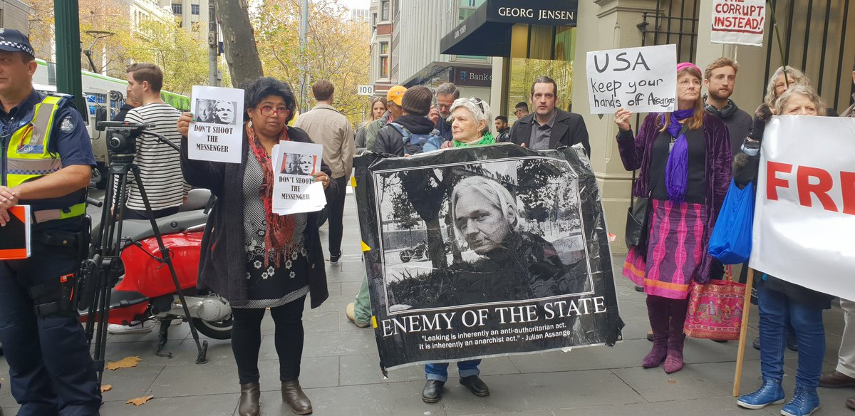 #FreeAssange protest currently outside the UK consulate in Melbourne. Two protesters reportedly arrested. @Melbourne4Wiki<br>http://pic.twitter.com/sXaCrt0Wy3