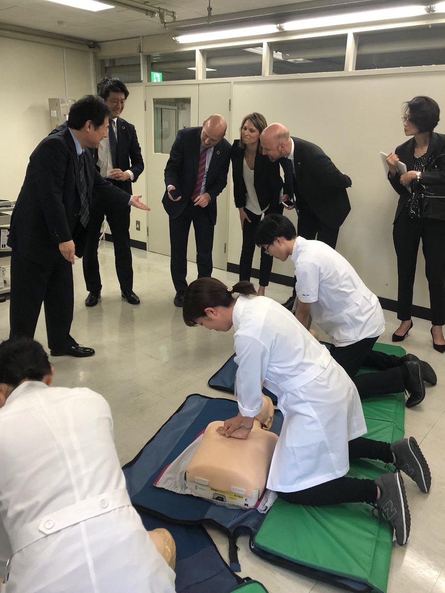 🇳🇴#ノルウェー 保健ケアサービス ビャルケ副大臣が #東京慈恵会医科大学 を訪問し、院外心停止後の蘇生率改善の活動を見学しました。副大臣は「Together we save lives(共に命を救う)」を例にノルウェーの取組を紹介。学生と共に #心肺蘇生法 をゲーム感覚で学ぶ #QCPR レースにも挑戦しました #AED