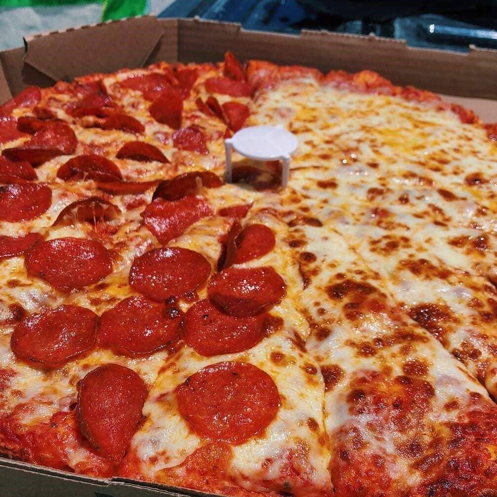 How Many Slices In Round Table Pizza.Round Table Pizza On Twitter Left Right Or A Slice Of Each