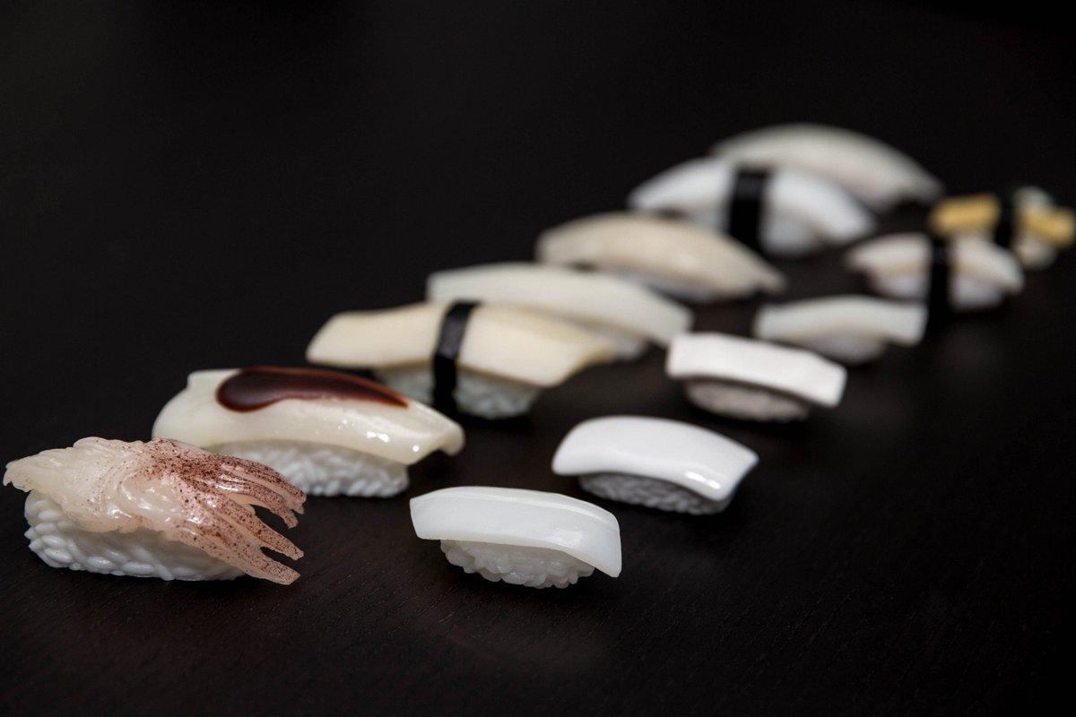 イカのお寿司たちを並べて撮ってみました。 一見するとおいしそうなお寿司ですが、実はキーホルダーやマグネット、食品サンプル、消しゴム、箸置きなどのフェイクグッズなのです。 食べることはできませんが、絶対に腐らないこちらのイカのお寿司、おひとついかがでしょうか? #うちのイカ自慢