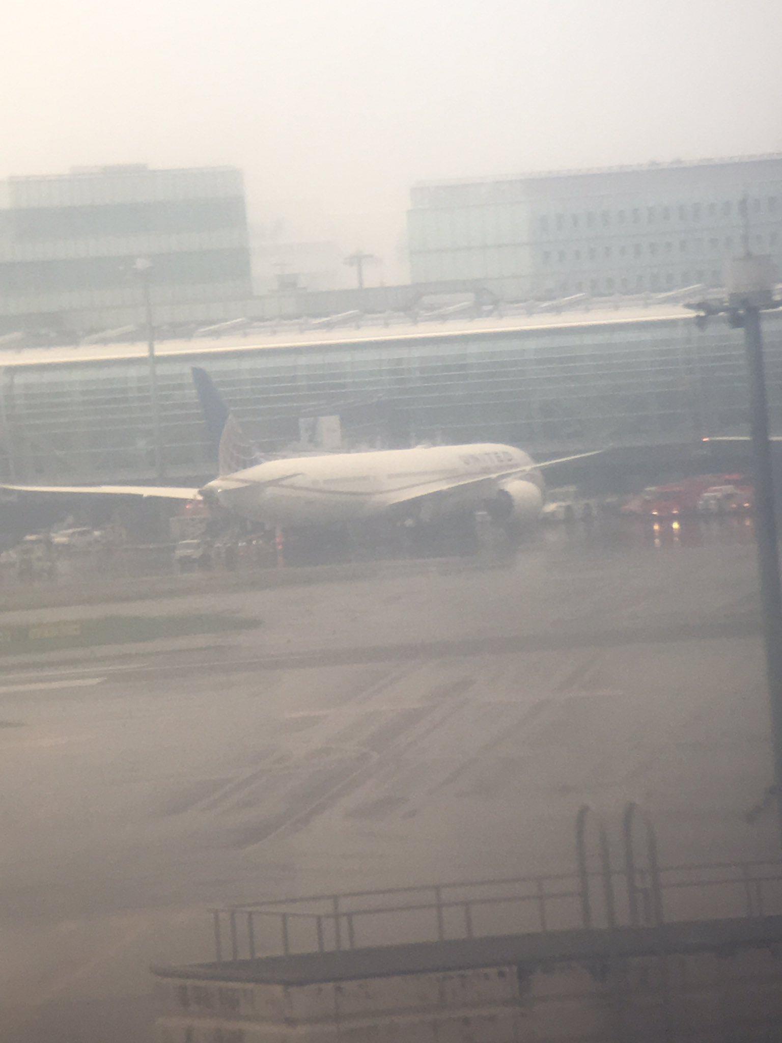 羽田空港に消防車が駆けつけている現場画像