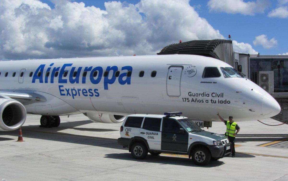 Orgullos de recibir en el @AeropuertoVGO #Peinador, uno de los aviones de @AirEuropa con el eslogan del 175 aniversario de la fundación de la @guardiacivil. #175AñosATuLado