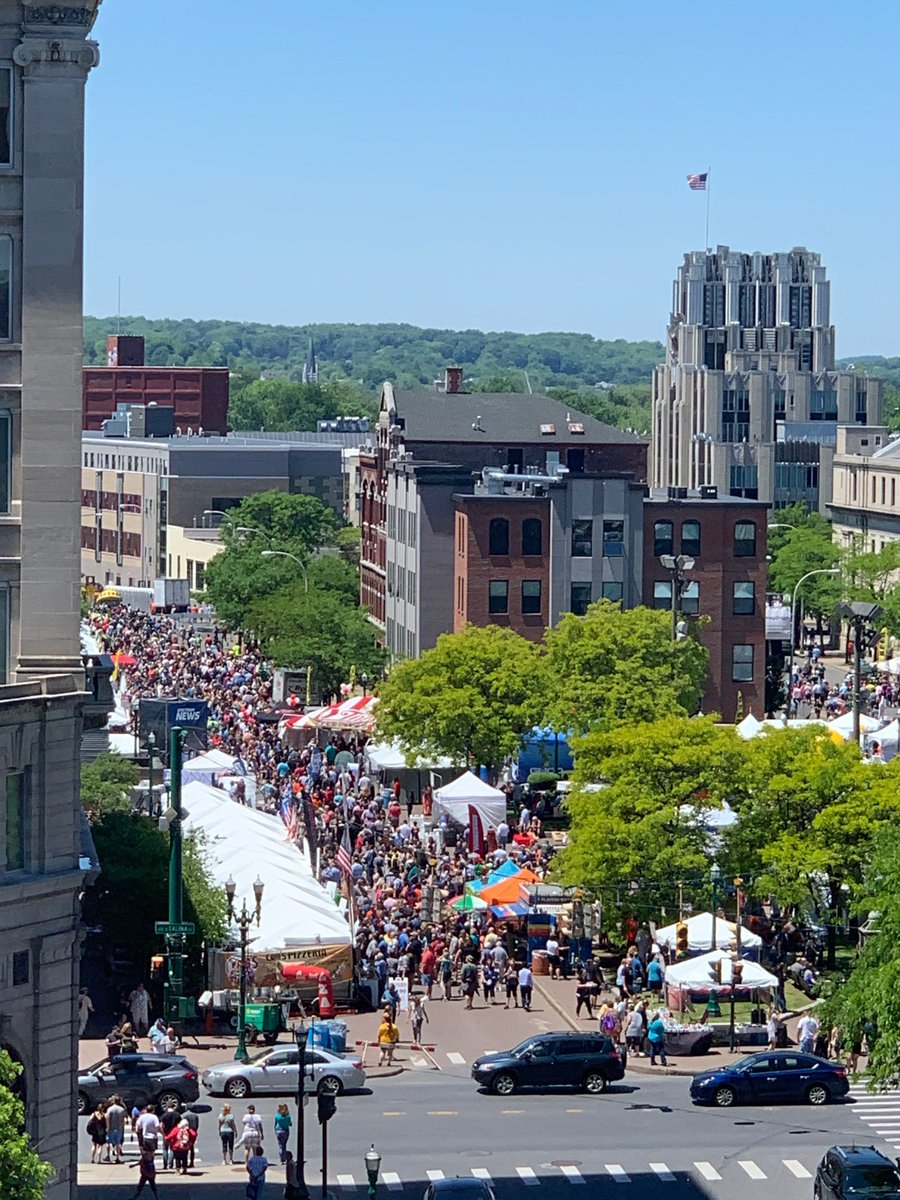 Working in #DowntownSyracuse is pretty awesome on most days... Very awesome when #TasteOfSyracuse is going on. It is a beautiful day and Clinton Square is packed!<br>http://pic.twitter.com/IIHWU9MwCT