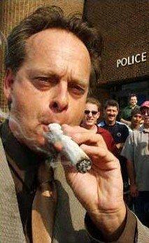 """【日刊SPA!】""""大麻王子""""が語る大麻のいま「日本の老人こそハッパを吸うべきだ」 マーク:事前に新聞などメディアに声をかけ、警察署の前に大きなボングを持って行き、スピーチをして、一服吸って、その後逮捕される活動家は逮捕されてなんぼなんですな〜、計34とはすごい!"""