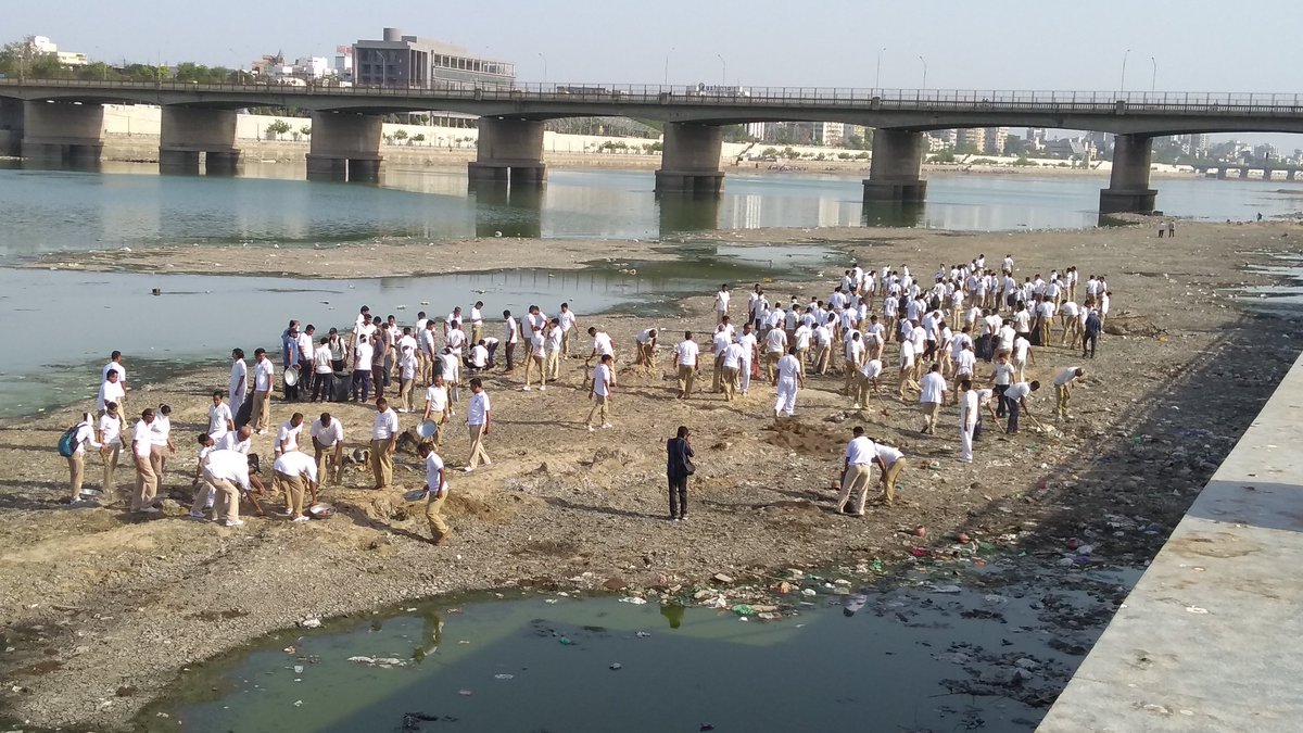 Doctors, policemen, BJP, congress workers participate in Sabarmati cleaning mega drive on penultimate day