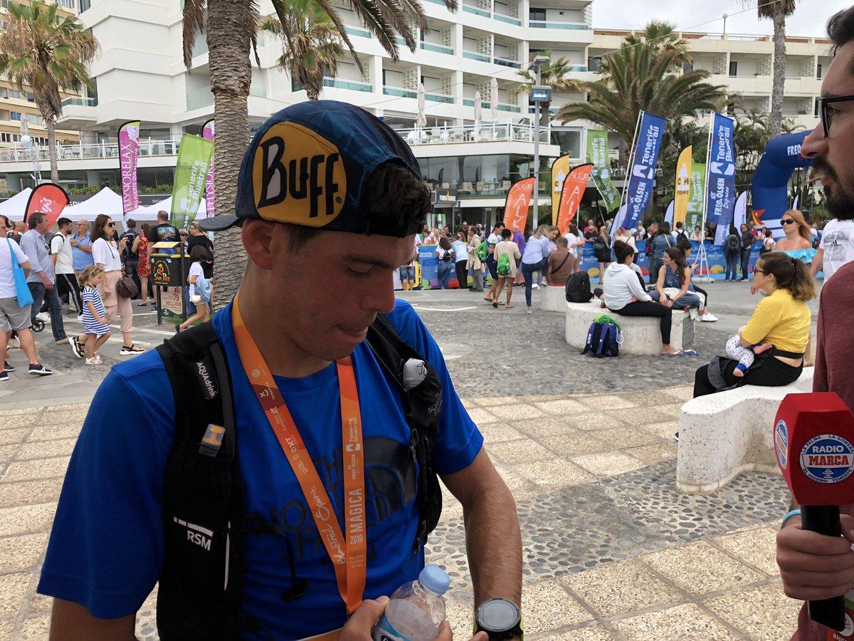 🥇🥇🥇 @paucapell, vigente campeón de la Ultra Trail World Tour y GANADOR de la maratón de la @TenerifeBlueTra 2019 también se pasa por el stand de @RadioMarcaTfe en la meta 🙌🏼🙌🏼 DIRECTO 🎙📻👉🏼 radiomarcatenerife.com