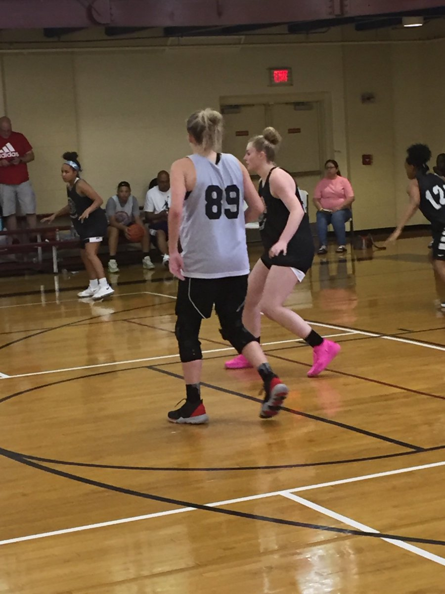 """Battle between posts 6'2"""" Gracie Price (MO - '20) and 6'4"""" Grace Pack (VA - '22), neither backed down. Played well today at the @InsiderExposure #JrAACamp two players we'll definitely see at the next level.  🏀💎  @deltareport1 @HoopJuice_ @ReportSleeper @Canletes_Sports"""