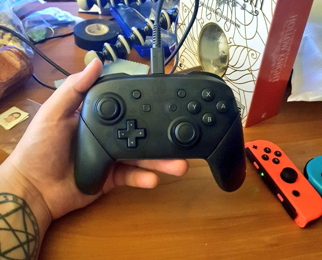 Ayer compre el Pro Controller del Switch, se las mejores compras de este año, es super cómodo y ergonómico, no que los JoyCons fueran incomodos pero esto es otro nivel. ES UN CONTROL DE PRO's como sho!! https://t.co/vLUSyNWrhf