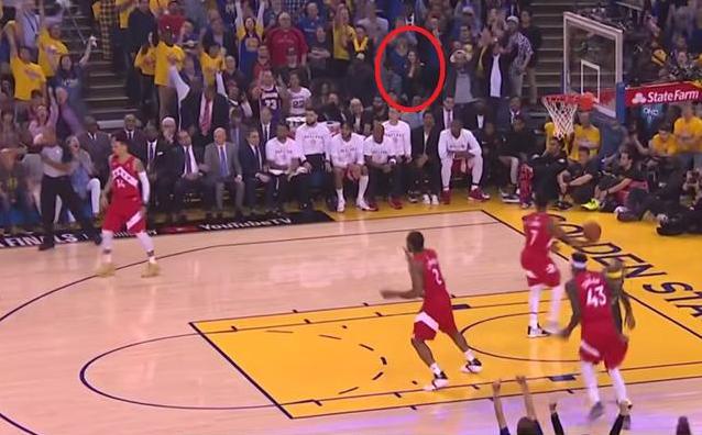 【影片】柯瑞命中投籃後,注意看台上昆凌動作,不愧是Curry的忠粉!