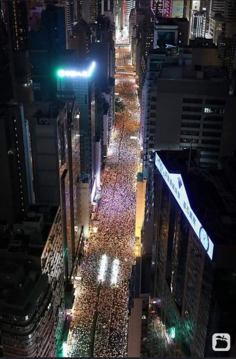 Lots of stunning and incredible images from the #HongKong protests tonight, but for me this really remarkable photo from Apple Daily stands out via @wu_venus