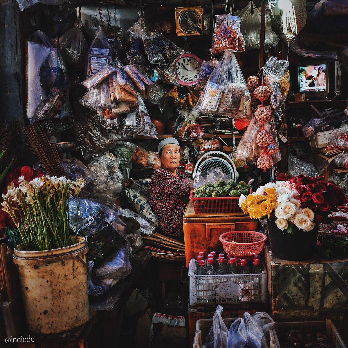Ketrigger juga sama @piokharisma. Jadi pengen share foto hasil muterin beberapa pasar Indonesia yg selama ini dipost di IG @indiedo  📸: Lumix GX85  🎞: Snapseed/VSCO/Lightroom Mobile  Ini random, jadi tebak saja ya lokasi pasar di tiap foto hhe.  #HuntingPasar: A Photo Thread