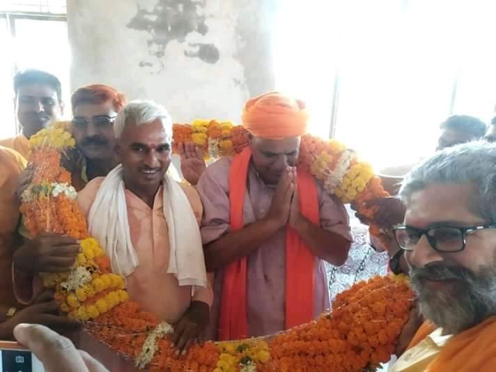 खपड़िया बाबा के आश्रम पर पार्टी पदाधिकारियों और कार्यकर्ताओं के साथ मा. सांसद वीरेंद्र सिंह मस्त जी का भव्य स्वागत एवं अभिनन्दन किया।स्वागत कार्यक्रम में आये हुए सभी देवतुल्य कार्यकर्ता बन्धुओं एवं शुभचिंतकों का सहृदय आभार..!@BJP4UP @BJP4India