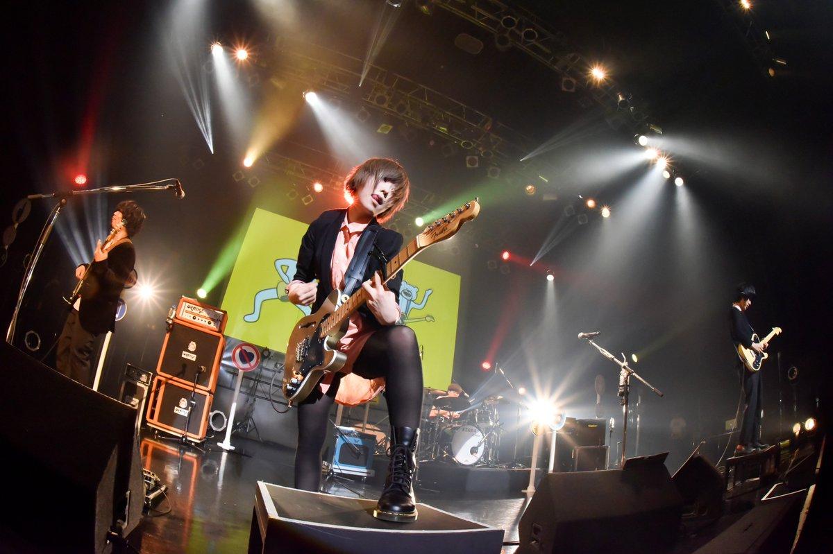 【有頂天ツアー名古屋公演ライブ写真③】 まだまだ我の寄り! ギターを弾いていたり、ハンドマイクだったり、ギターを持ってハンドマイクだったり 福岡公演からマイクがワイヤレスになりました  Photo by @AZUSA_TAKADA #有頂天 #バケノカワ