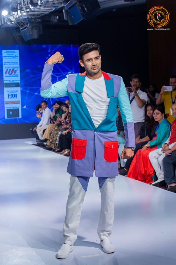 #CoutureRunwayweek  #ShowStopper   #Fashionweek #SangramSinghpic.twitter.com/ZWBCrxG7fP