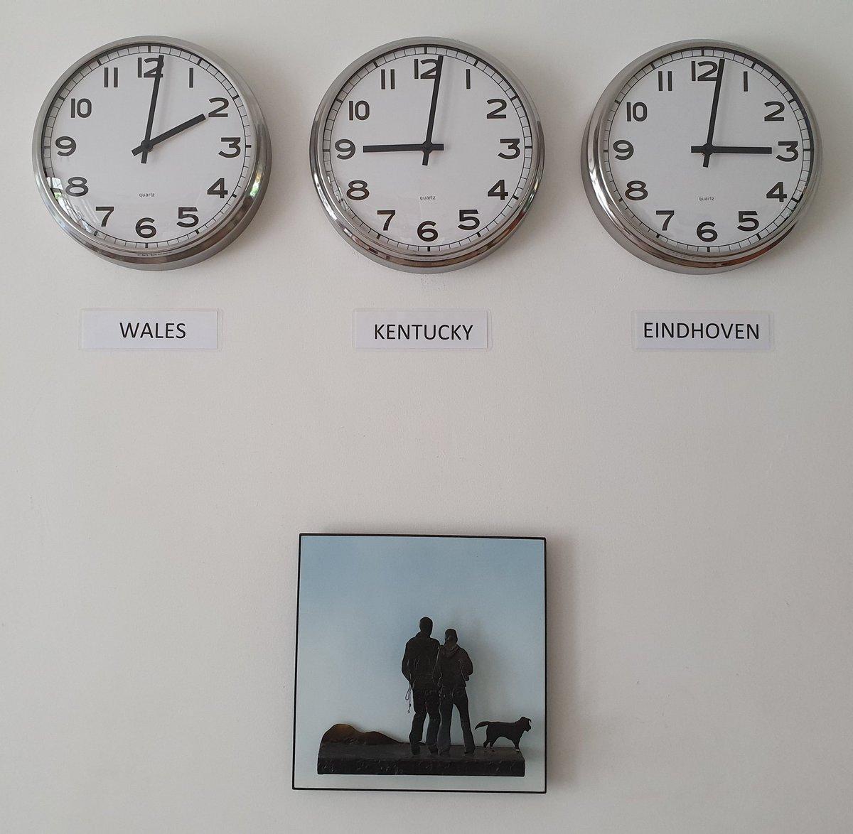 Zo ongeveer de helft van ons gezin woont in het buitenland. Hopelijk blijft de rest gewoon in en om Eindhoven. Ik vind 3 klokken meer dan zat!!!