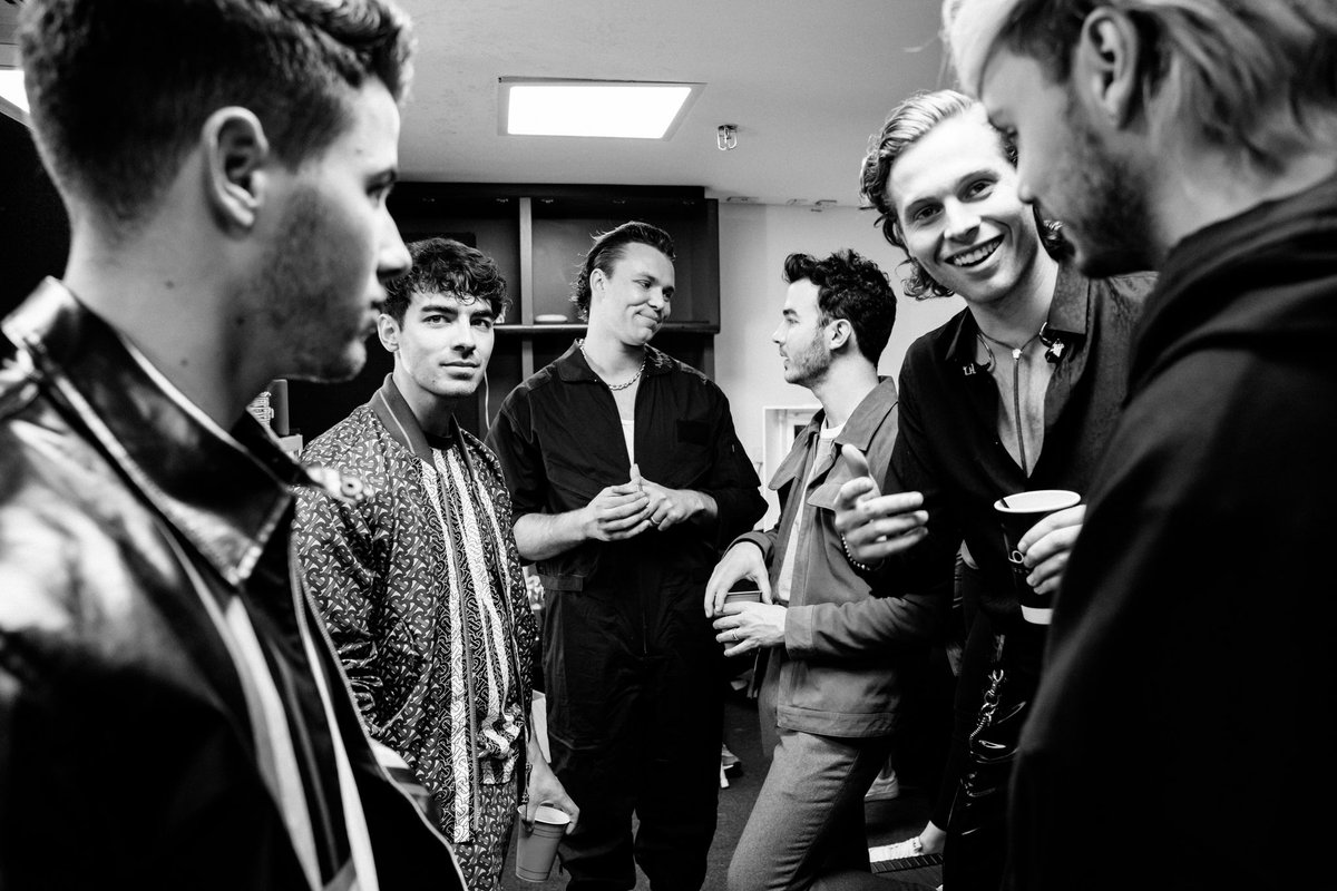 RT @kevinjonas: Find someone who looks at you like @Ashton5SOS. So happy we finally met in person @5SOS! #CapitalSTB https://t.co/qUAlUQwtqs