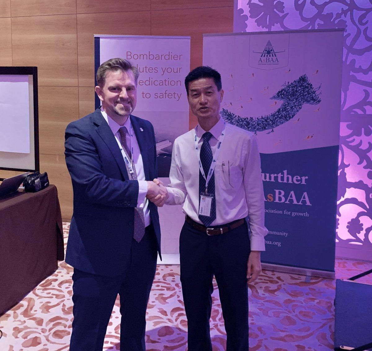 #asbaa #bizav week kicks off in #singapore - @Airside_Mike Board of Governor welcomes back @SingaporeCAAS Tan Kah Han Senior Director (Safety Regulation Group) / Director (Airworthiness Certification and UAS) @grandhyattsing #SafetyFirst @AINonline @FG_AviationNews @bizavdaily https://t.co/GGesACQVn0