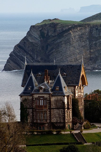 #Architecture Awesome of the Day: #Victorian #Gothic 19th Century Seaside House 🏠 in #Cantabria #Spain 🇪🇸 via @HousesVictorian #SamaPlaces 🗺️