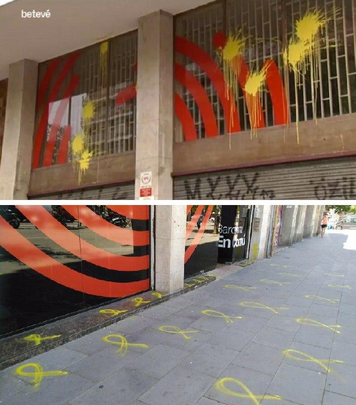 Barcelona en Comú aparece pintada de lazos amarillos después de votar que Ada Colau se presente a la investidura